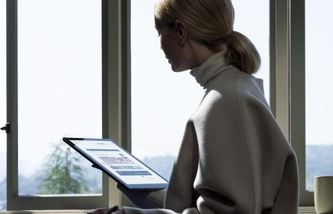 Microsoft Surface Pro 7 12,3 cala Touch/i5-1035G4/8GB/256GB SSD/W10/1Y/Platynowy - kobieta używająca platynowego surface